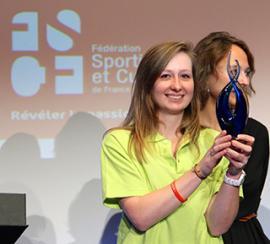 Dans l'amphithêatre devant 600 personnes, Emma Bonamy reçoit le Trophée du jeune dirigeant