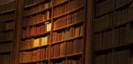 Image d'une bibliothèque remplie de livres anciens reliés cuir