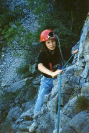 Une jeune fille grimpe à l'escalade en 1990