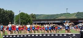 groupe gymnastes avec mouvement d'ensemble