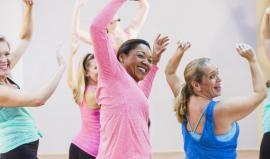 groupe de femmes mouvements de gymnastique