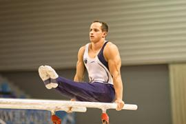 Gymnaste sur les barres assymétriques