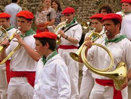 Les troupes de musiciens défilent dans les rues